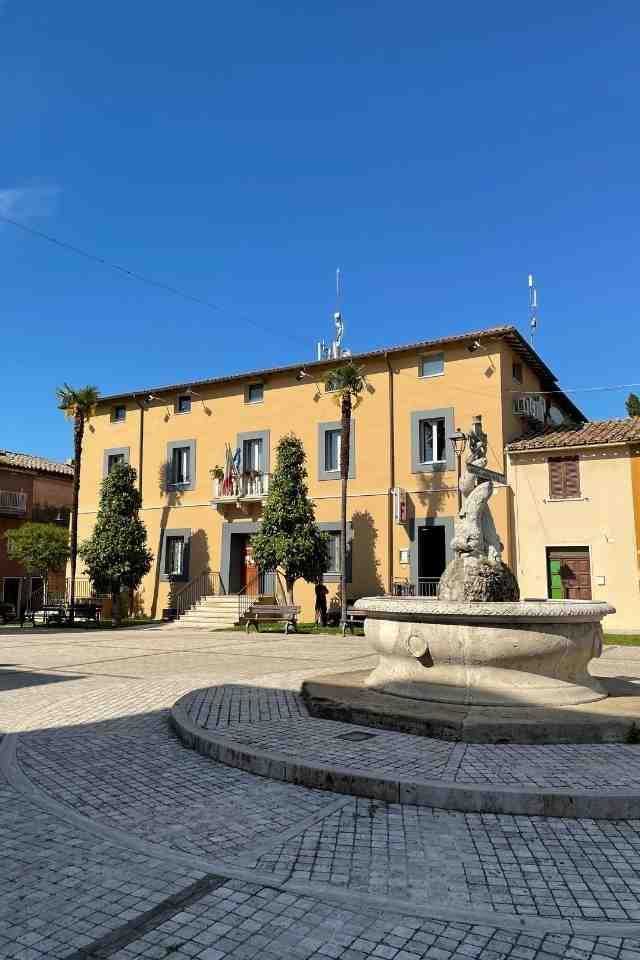 dettaglio-fontana-delfini-palazzo-comunale