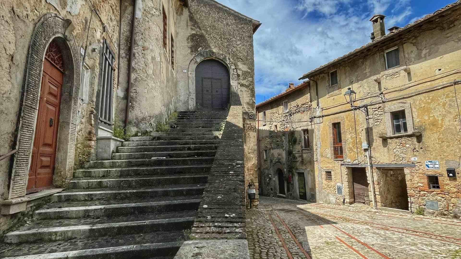 header-palazzo-orsini-scala-accesso-al-palazzo-penna-in-teverina